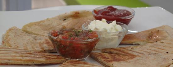 Ocean's Mediterranean Fusion Food: Quesadilla con 3 deliciosas salsas