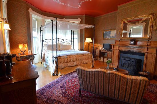 Ann Bean Mansion B&B: Sink into a king pillowtop...