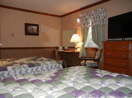 Homestead Lodging: queen and double bed room with private bath overlooking Amish farm