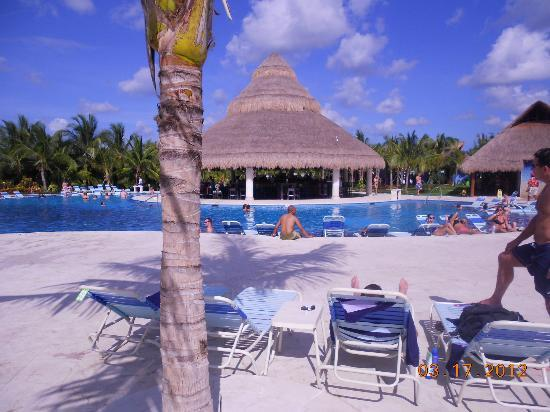 Paradise Beach : bar in middle of pool