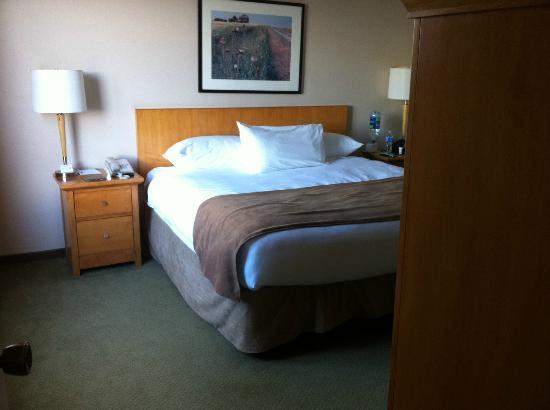 Baymont Inn & Suites Red Deer : Bedroom in the 1 bedroom suite in the tower