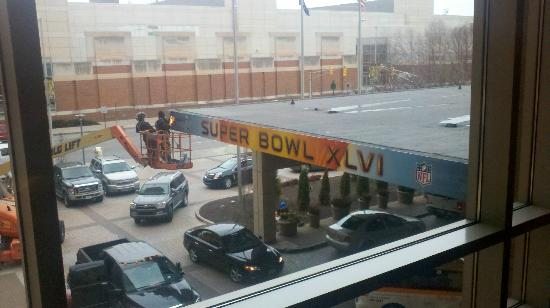 Indianapolis Marriott Downtown: Taking down the Super bowl banners
