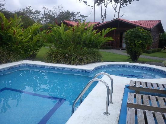Hotel Coloso Arenal: La piscina