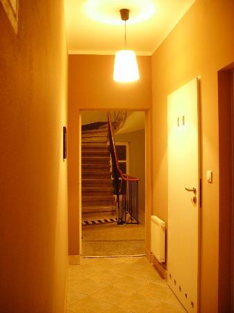 Heynow Hostel: Room and bathroom hallway