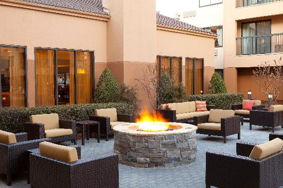 Courtyard by Marriott Durham Duke University/Downtown: Outdoor Terrace & Fire Pit