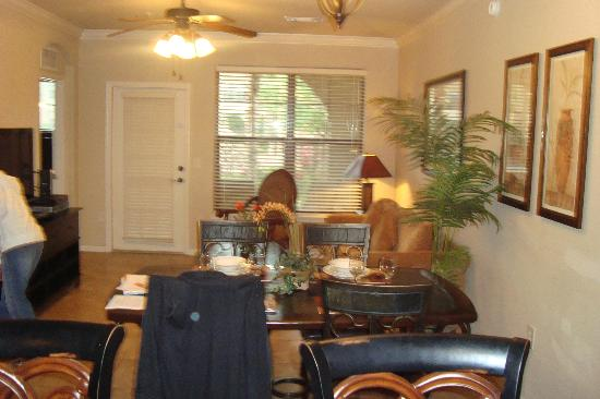 Bella Piazza Condominiums: dining area