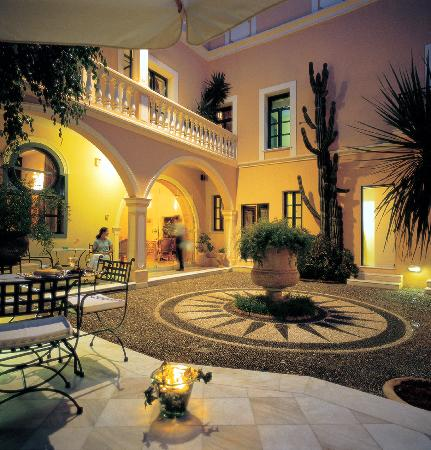 Casa Delfino Hotel & Spa: PEBBLED MOSAIC COURTYARD