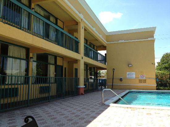 Quality Inn: Pool area and outside of hotel