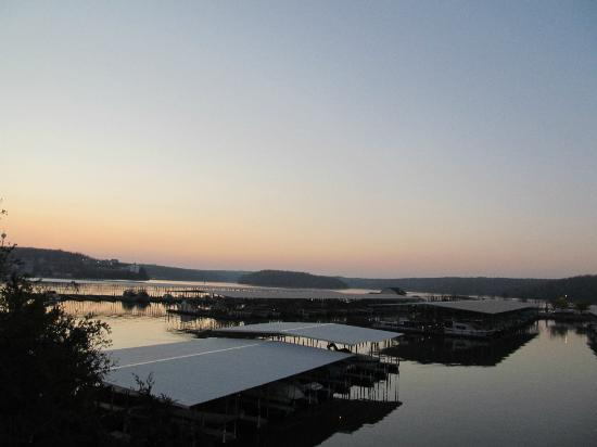 Kapilana Resort: A sunrise over the lake, view from balcony