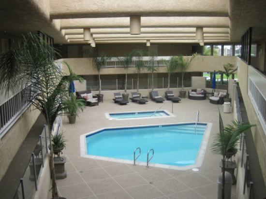 The Pacific Inn: Pool and spa has open roof.