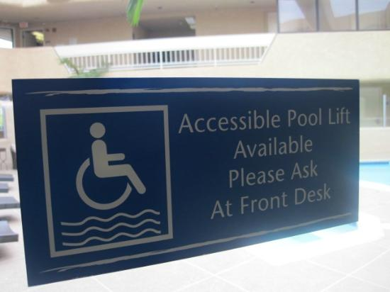 The Pacific Inn: Pool is wheelchair accessible!