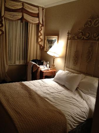 queen bed of 108 sq ft room small picture of omni royal orleans rh tripadvisor co za 1400 Sq FT Kitchen 900 Sq FT Room