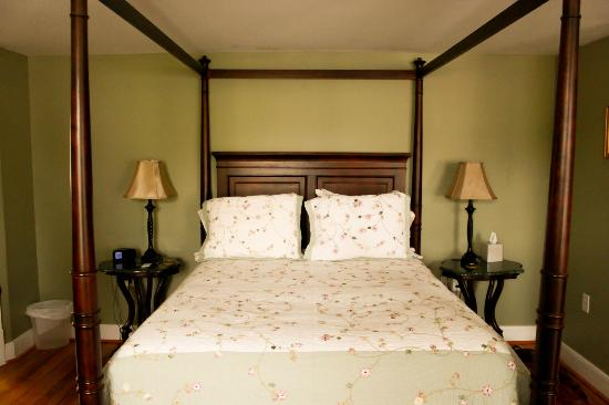 Hopkins Ordinary Bed & Breakfast: Lavender Room