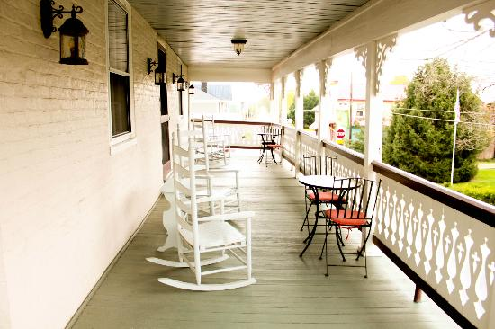 Hopkins Ordinary Bed & Breakfast: Porch