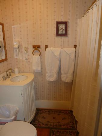Brenham House Bed and Breakfast: Our bathroom