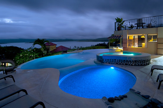 Linda Vista Hotel: Night view of our Pool Area