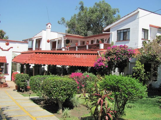 Hotel Cadiz: Garden and buildings of small family run hotel