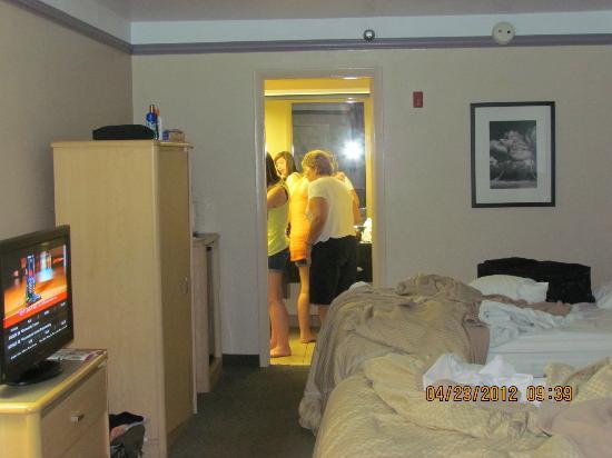 parking lot picture of clarion suites maingate. Black Bedroom Furniture Sets. Home Design Ideas