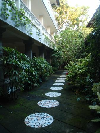 ‪‪Semawang Beach Hotel‬: Downstairs 'garden'‬