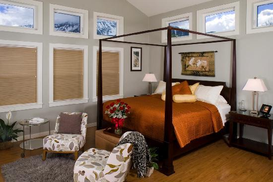 Bronze Antler Bed & Breakfast: Mirror Lake Suite is popular for special trips
