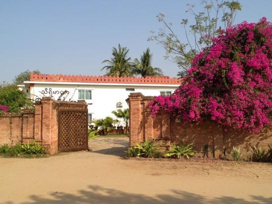 Thurizza Hotel Bagan: the hotel entrance