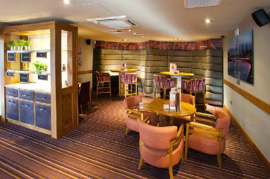 Premier Inn Inverness West Hotel: Bar Area