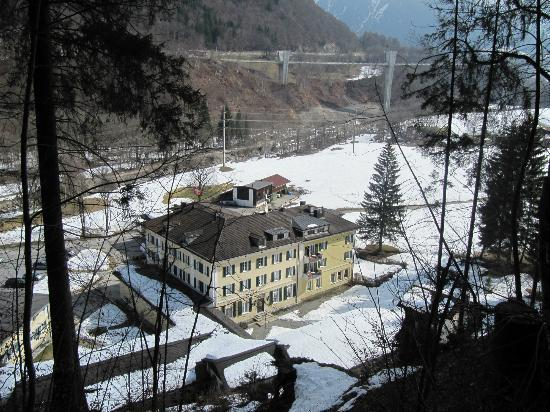 Hotel Bad Serneus: View from the hiking path above the hotel