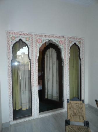 Tordi Haveli: Gorgeous design outside of the room from the patio, porch area.