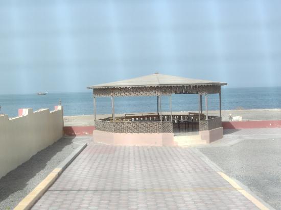 Danat Al-Khaleej Hotel: Le kiosque et le bord de mer.