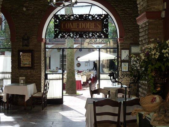 Restaurante Casa Palacio Bandolero: View through to the dining area.