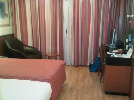 Hotel Derby: bed, sofa and curtains