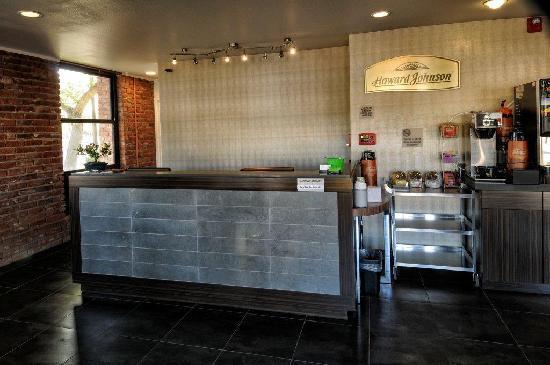 Howard Johnson Scottsdale Old Town: Front Desk Reception