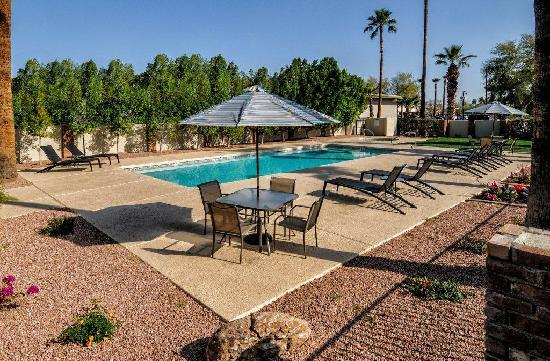 Howard Johnson Scottsdale Old Town: Outdoor Pool and Jacuzzi