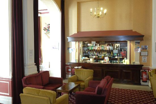 Queens Hotel: Bar area