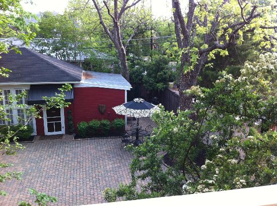 Austin's Inn at Pearl Street: View of courtyard from the balcony of the Oriental Room