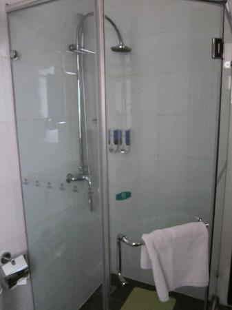 Rayfont Shanghai Nanpu Hotel: shower