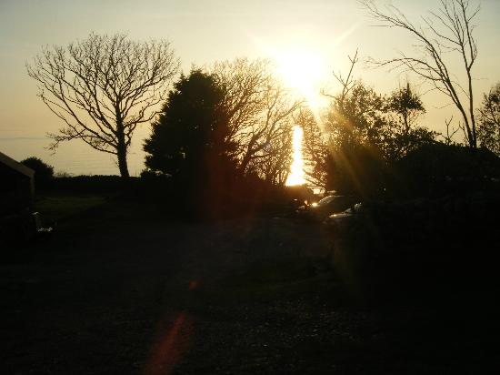 Llwyndu Farmhouse: Sunset front of the hotel