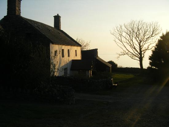 Llwyndu Farmhouse: Front of hotel at sunset