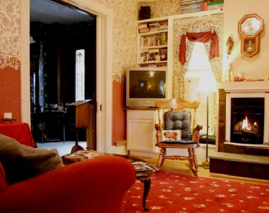The Inn on Maple Street Bed & Breakfast: Relax in our Parlor