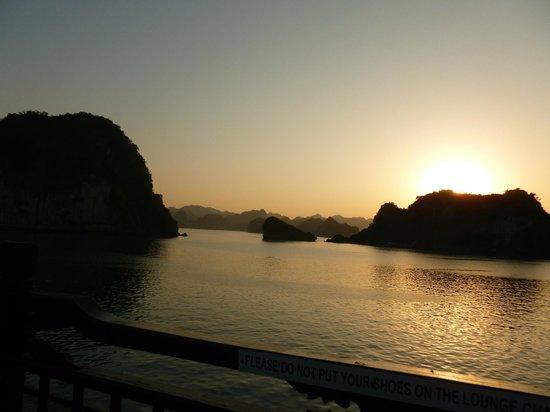 Asia Tour Advisor - Day Tours : Sonnenuntergang in der Halong-Bucht!