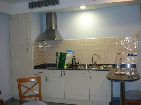 Apartamentos MarinaSol: Cocina del apartamento(no microondas,máquina café,..)limpia y renovada