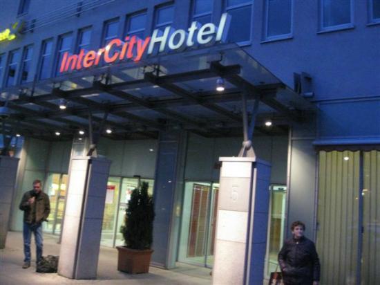 InterCityHotel Berlin Ostbahnhof: Hoteleingang am Abend