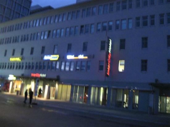 InterCityHotel Berlin Ostbahnhof: Hotelansicht am Abend