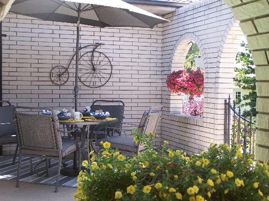 Appletown Bed and Breakfast: ...or in the beautiful outdoor courtyard