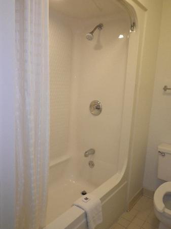 Motel 6 Orlando Kissimmee Main Gate West: Clean Bathroom