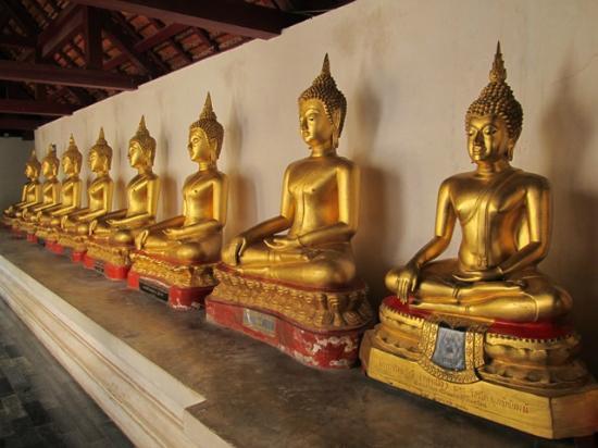 Phra Buddha Chinnarat: Galleria di statue di Buddha