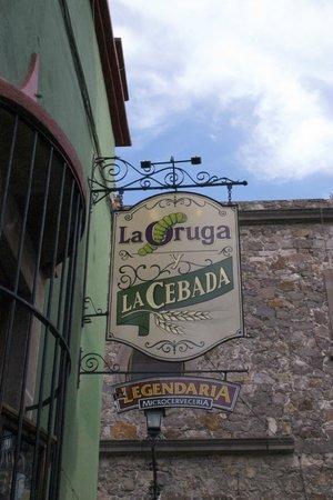 La Oruga y La Cebada: Letrero exterior en callejón de Lozada