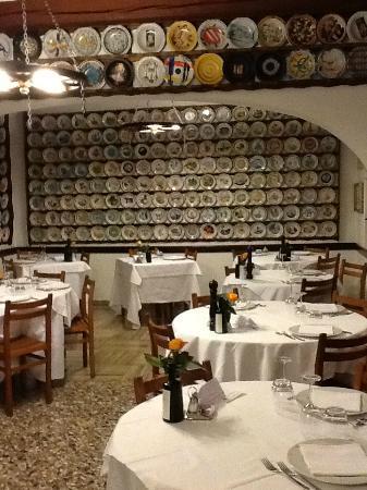 Trattoria Guaiane : Декорировано тарелками