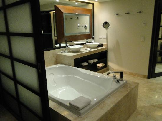 Paradisus Playa Del Carmen La Esmeralda: 1 bedroom master suite bath and jacuzzi.