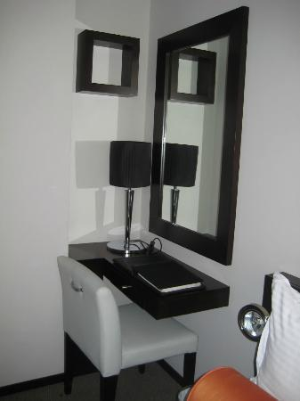 Lotus Hotel Apartments & Spa, Dubai Marina : mirror in dark corner and light was weak.